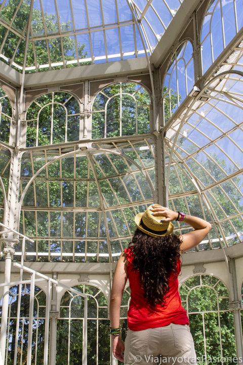 Interior del famoso Palacio de Cristal en el parque del Retiro, España