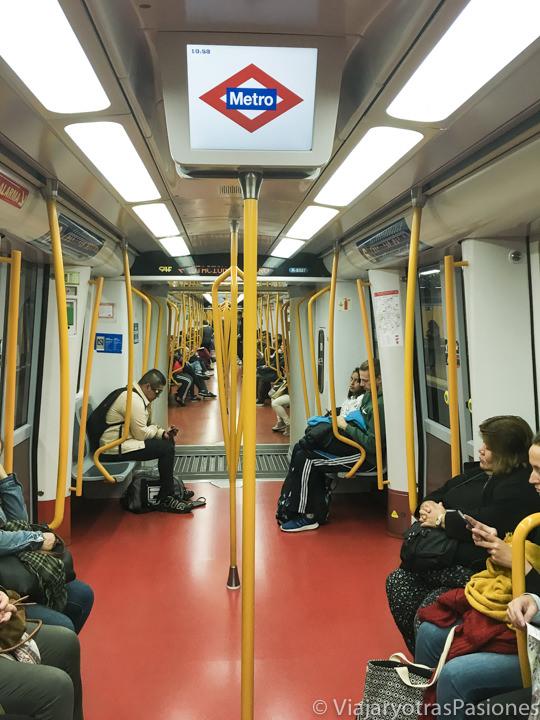 Interior de un tren del metro de Madrid, España