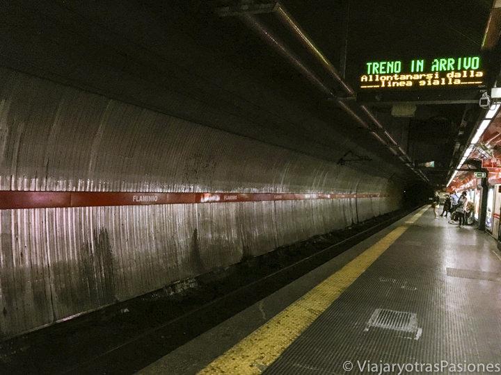Interior de la estación del metro Flaminio en el centro de Roma, Italia