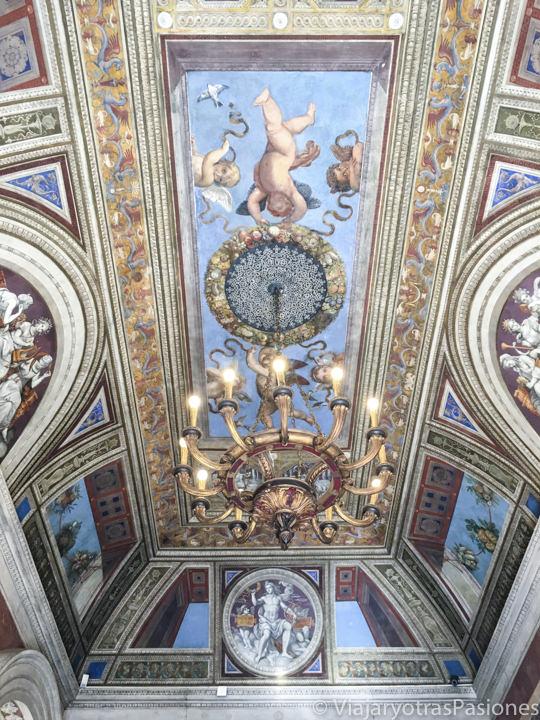 Frescos en una sala de la Villa Farnesina en Roma, Italia