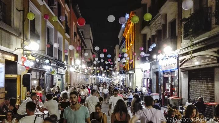 Vista de una típica calle en el centro de Madrid por la noche en verano