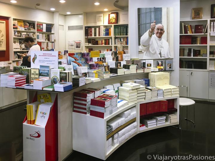 Interior de una librería en el Vaticano, en Roma