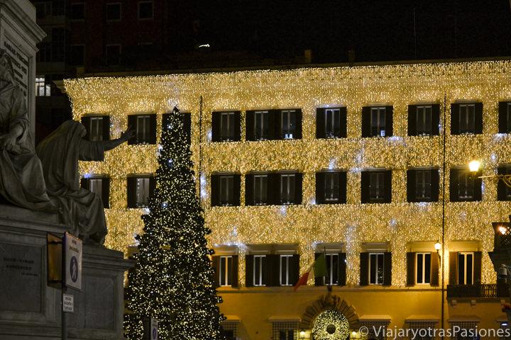 Fachada de la Maison Valentino en Roma en Navidad, Italia