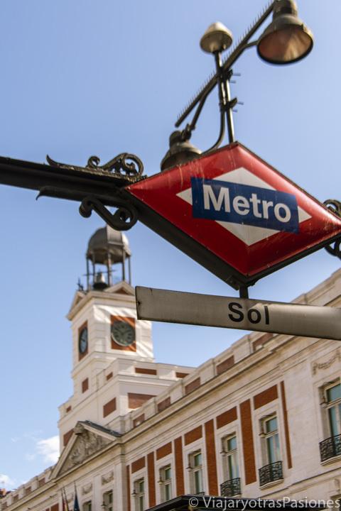 Hermosa imagen de la entrada de la estación Sol en el centro de Madrid, España
