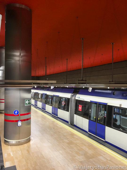 Tren del metro en una estación en Madrid, España