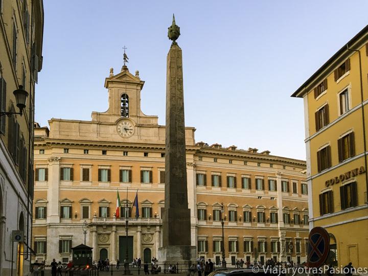 Fachada del importante palazzo di Montecitorio en el centro de Roma, Italia