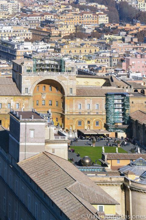 Panorama desde la cúpula de San Pedro de al famoso Patio de la Piña, en el Vaticano