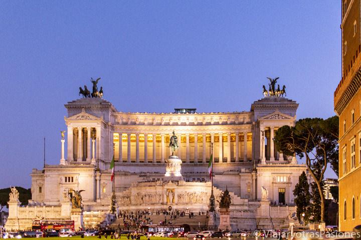 Imagen nocturna de el espectacular Vittoriano en el centro de Roma, Italia