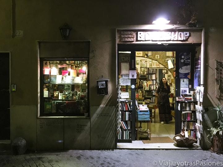 Entrada de la librería de Trastevere Open Door, en Roma