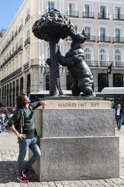 Mirando la célebre estatua simbolo de Madrid de el oso y del madroño