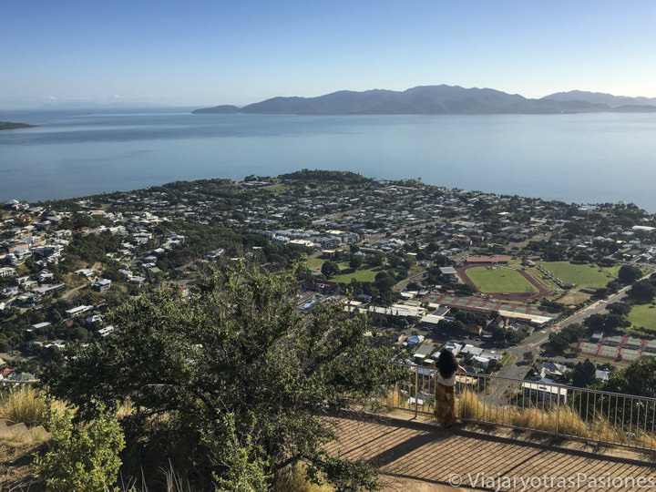 Bonita vista de la ciudad de Townsville e Magnetic Island, en Australia