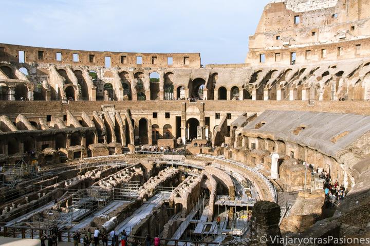 Interior del famoso Colosseo de Roma