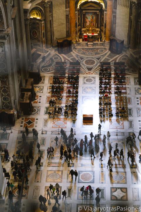 Panorama interior desde lo alto de la Basílica de san Pedro en Roma