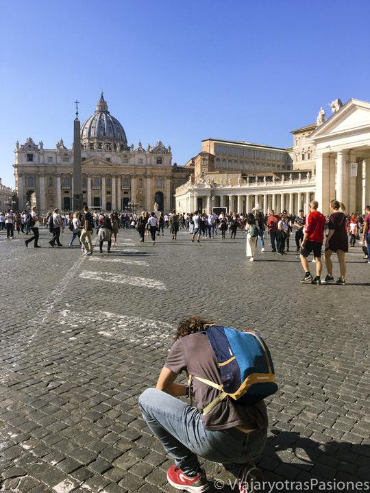 Haciendo fotos en la famosa plaza San Pedro en la Ciudad del Vaticano en Roma