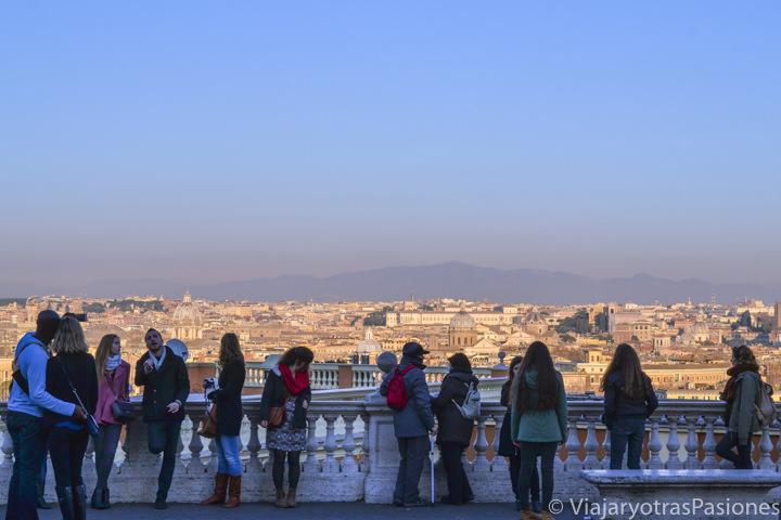 Increíble vista de Roma desde el Belvedere en el cole del Gianicolo, Italia