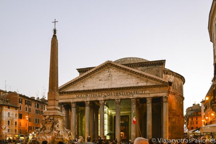 Fachada del famoso Pantheon en el centro de Roma, Italia