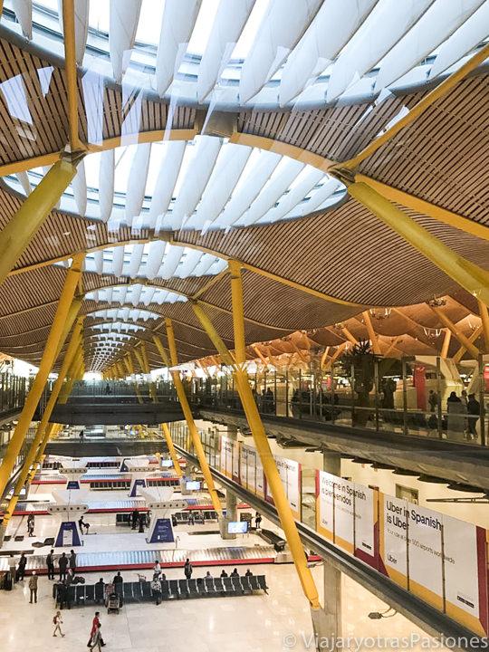 Sala interior del Terminal 4 en el aeropuerto de Madrid, España