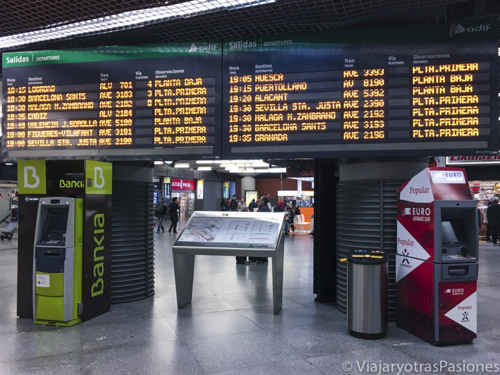 Pantalla de los destinos en el interior de la estación de los trenes de Madrid, España
