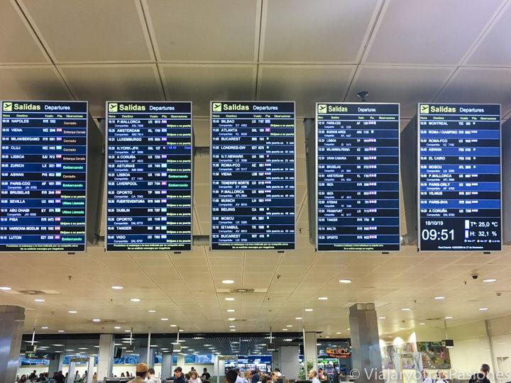 Pantalla de los destinos en el interior del aeropuerto de Madrid, en España