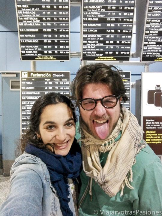 Pareja lista para partir en el aeropuerto de Madrid, España