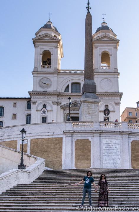 Pareja en las escaleras de Piazza di Spagna en Roma, Italia