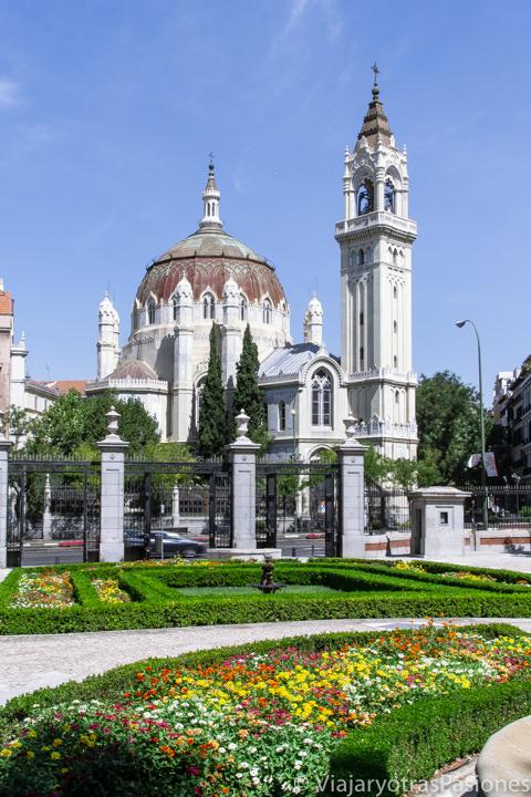 Vista de la hermosa Iglesia de San Miguel y San Benito en Madrid, España