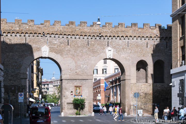 Vista del famoso Passetto di Borgo en visitar el Vaticano, en Roma