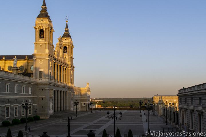 Vista de la Plaza frente a la Catedral del Almudena en Madrid, España