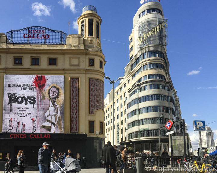 Típica vista de la Plaza de Callao cerca de la Gran Vía de Madrid, España