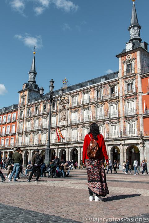 Caminando en la espectacular Plaza Mayor de Madrid, España