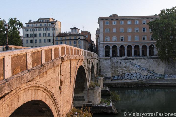 Hermoso amanecer cerca del puente Sisto en el centro de Roma, Italia