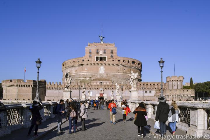 Vista del imponente Castel Sant'Angelo desde el puente en Roma, Italia