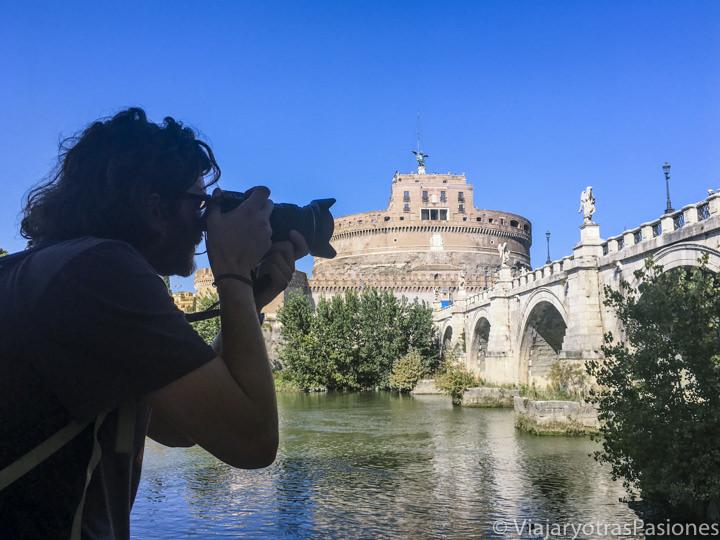 Haciendo fotos en las orillas del rio Tíber en Roma, Italia
