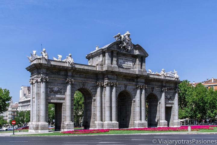 Vista de la famosa Puerta de Alcalá cerca del parque del Retiro, Madrid