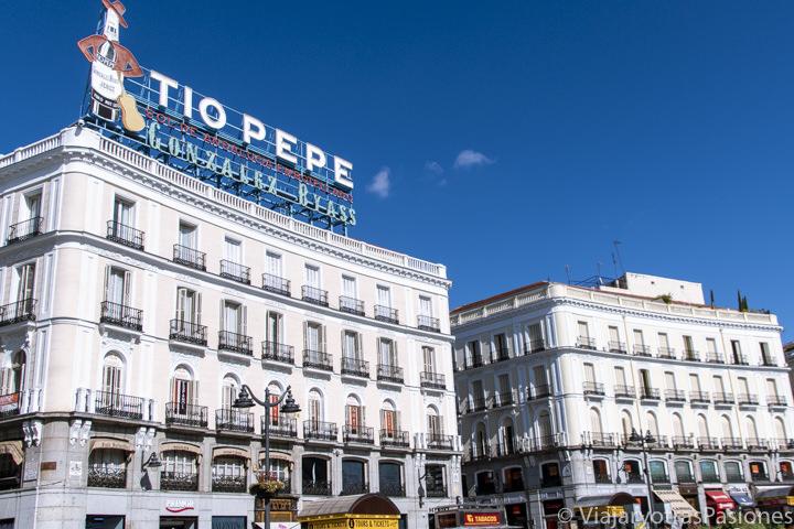 Famosos palacios en la Puerta del Sol de Madrid con el cartel de Tío Pepe, España