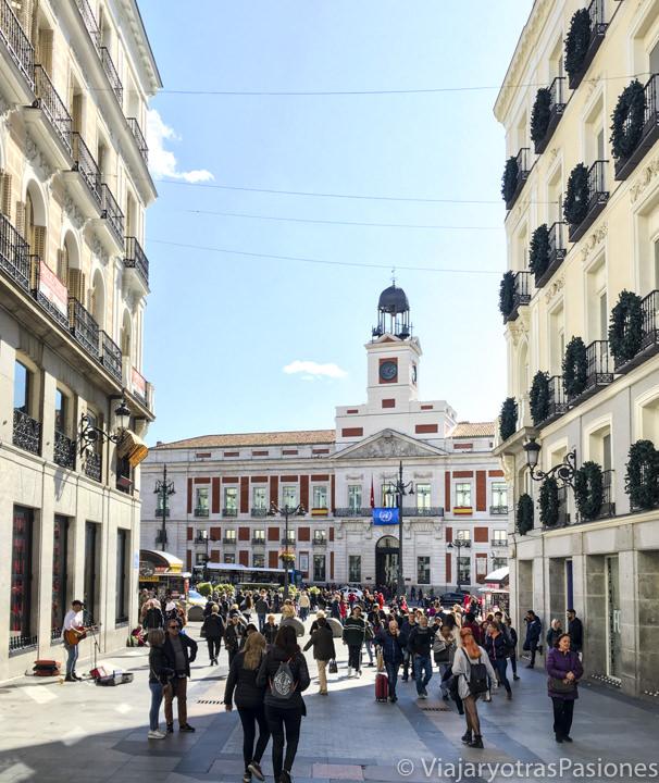 Vista de la Puerta del Sol desde la calle Preciados de Madrid, España
