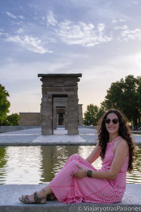 Posando frente al atardecer en el precioso Templo de Debod en Madrid, España