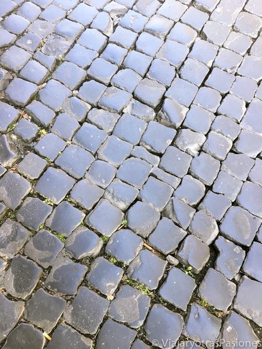 Típicos adoquines, llamados sampietrini, de la ciudad de Roma, Italia