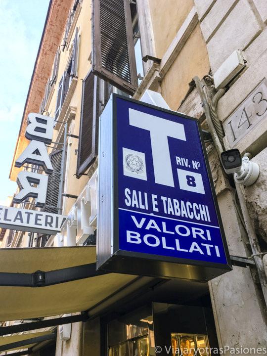 Típico señal de una tabaccheria en el centro de Roma, Italia