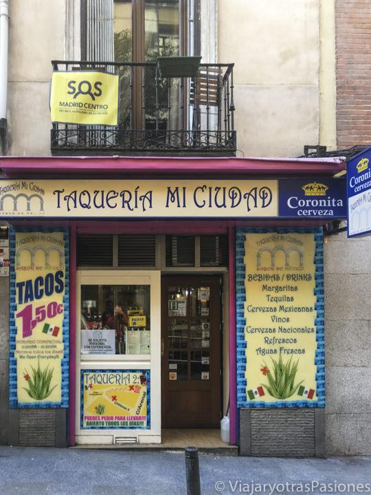 Fachada de la taquería Mi Ciudad cerca de Opera en Madrid, España
