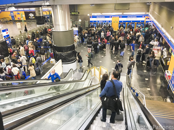 Multitud de personas en la entrada de la estación de metro del terminal 1, en Madrid