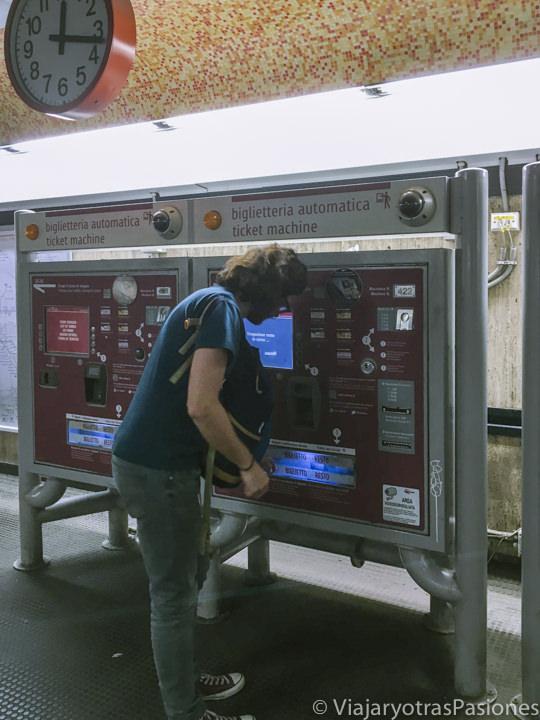 Venta automática de billetes en una estación de la metro de Roma, Italia