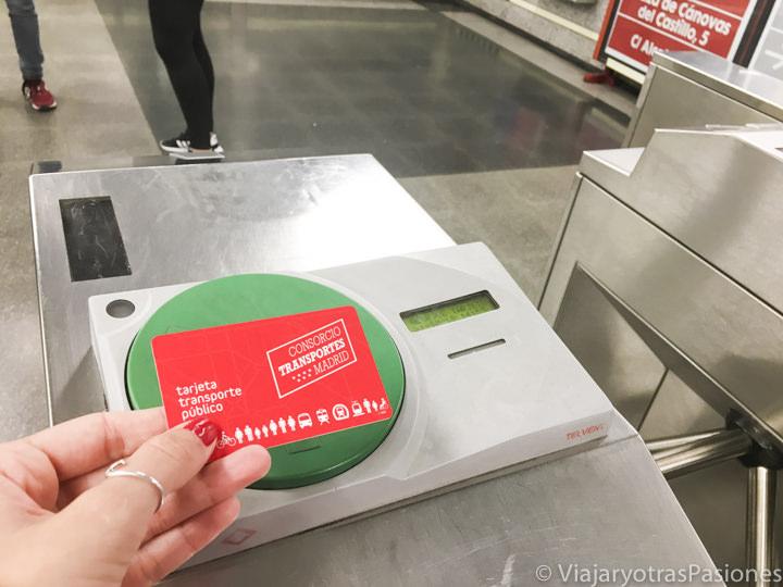 Lector y tarjeta por el transporte en Madrid, España