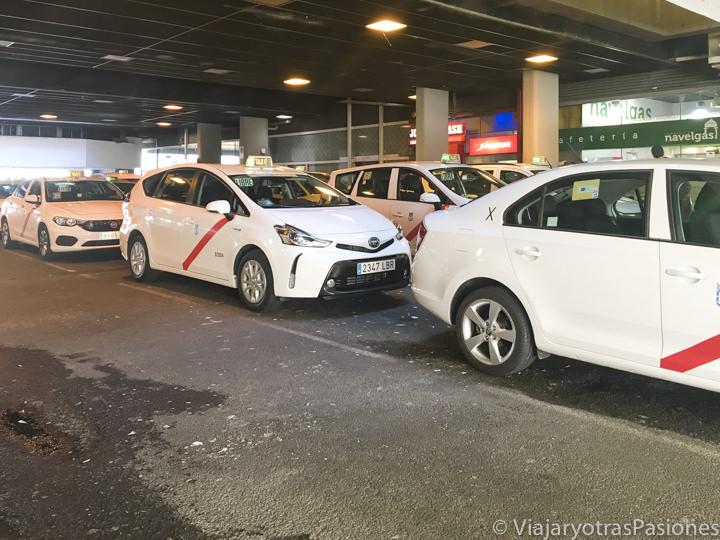 Grupo de taxis en una estación de Madrid, España