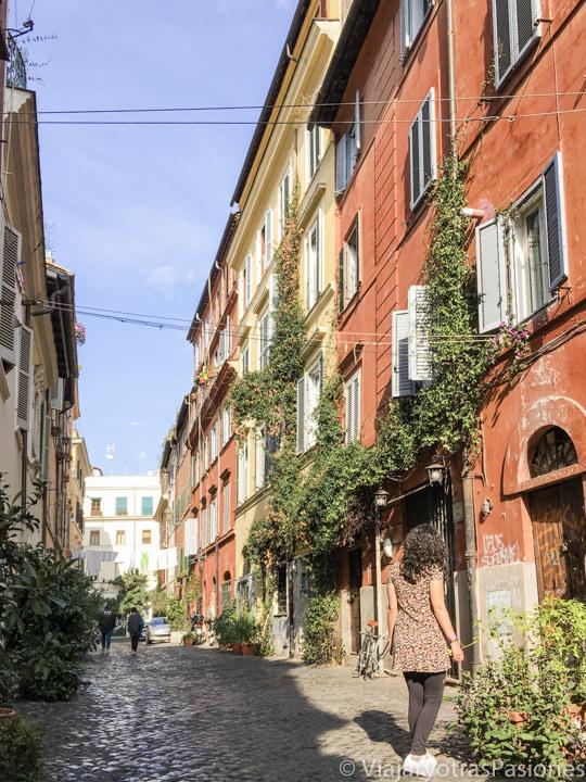 Sugestivo callejón en el corazón del barrio de Trastevere en Roma, Italia