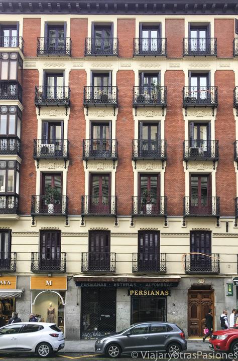 Característica fachada de un palacio de Madrid en España