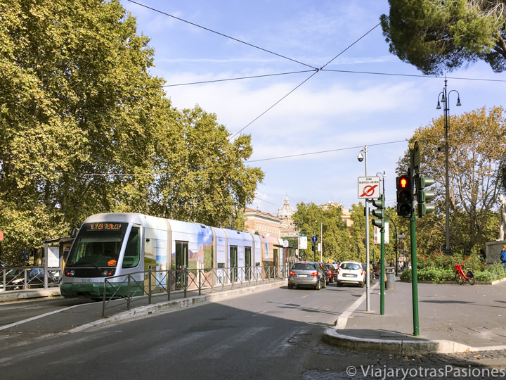Tranvía del transporte publico en el centro de Roma, Italia