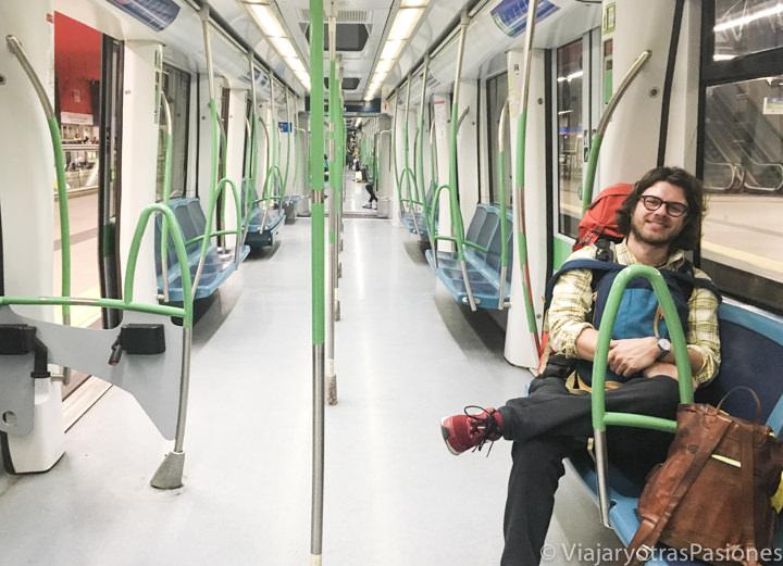 Interior del metro para ir del aeropuerto de Madrid al centro, en España