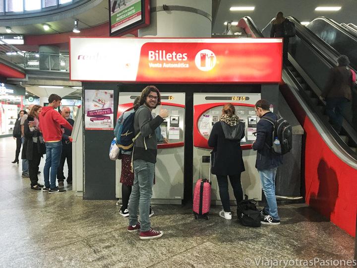 Venta automática de billetes en la estación de Atocha en Madrid, en España