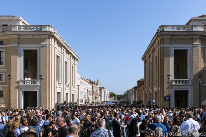 Multitud de gente en Via della Conciliazione en la Ciudad del Vaticano, en Roma